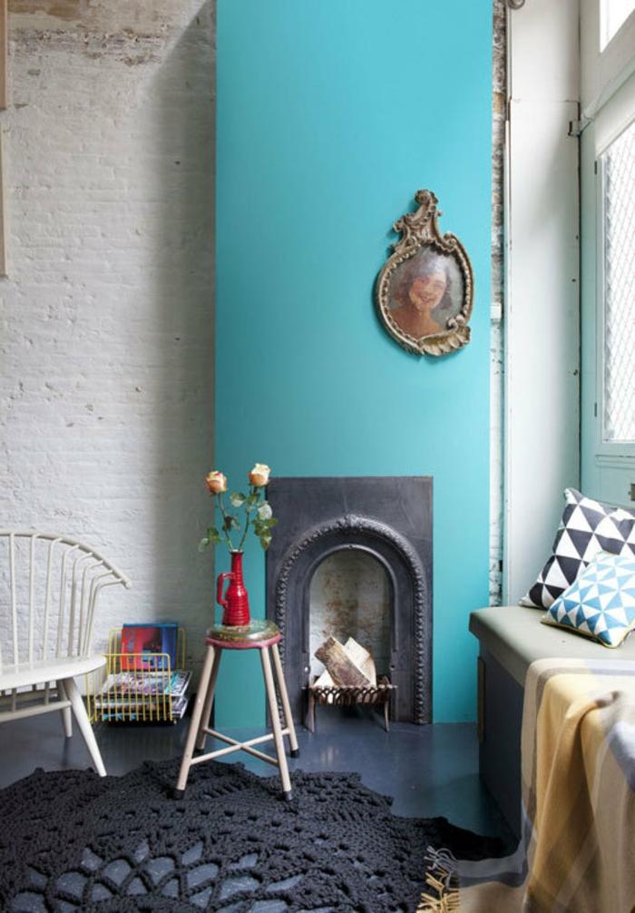 salon, salon acogedor con chimenea original, alfombra en crochet estilo bohemio, decoración de flores