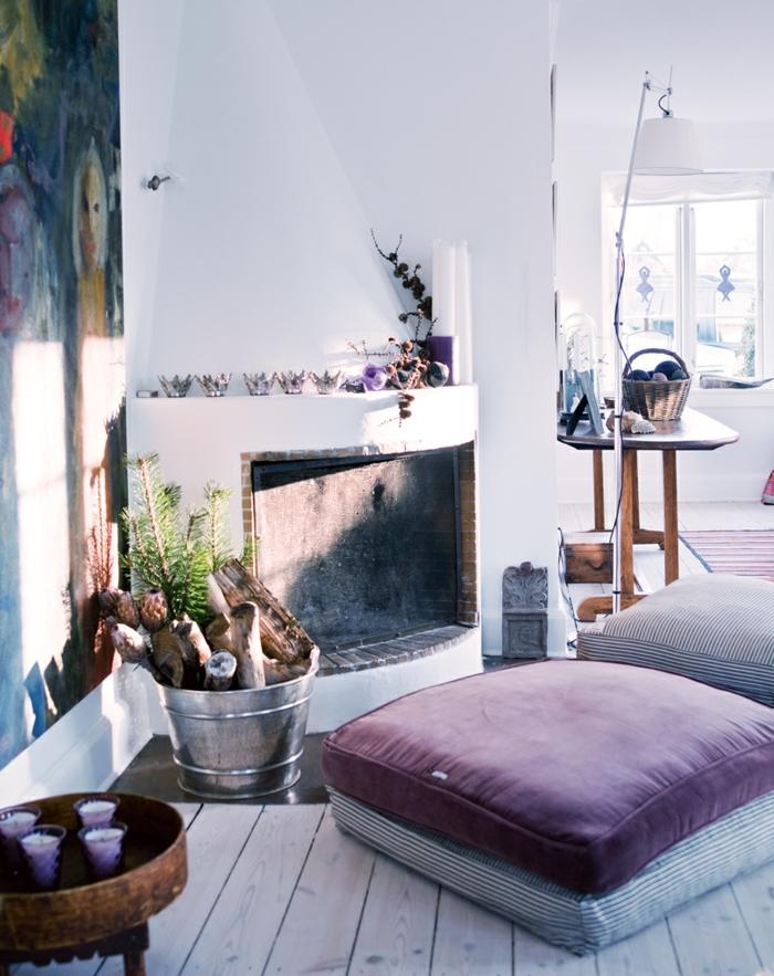 muebles de salon, interiores modernos decorados con muebles y objetos del boho chic, almohada decorativa en lila