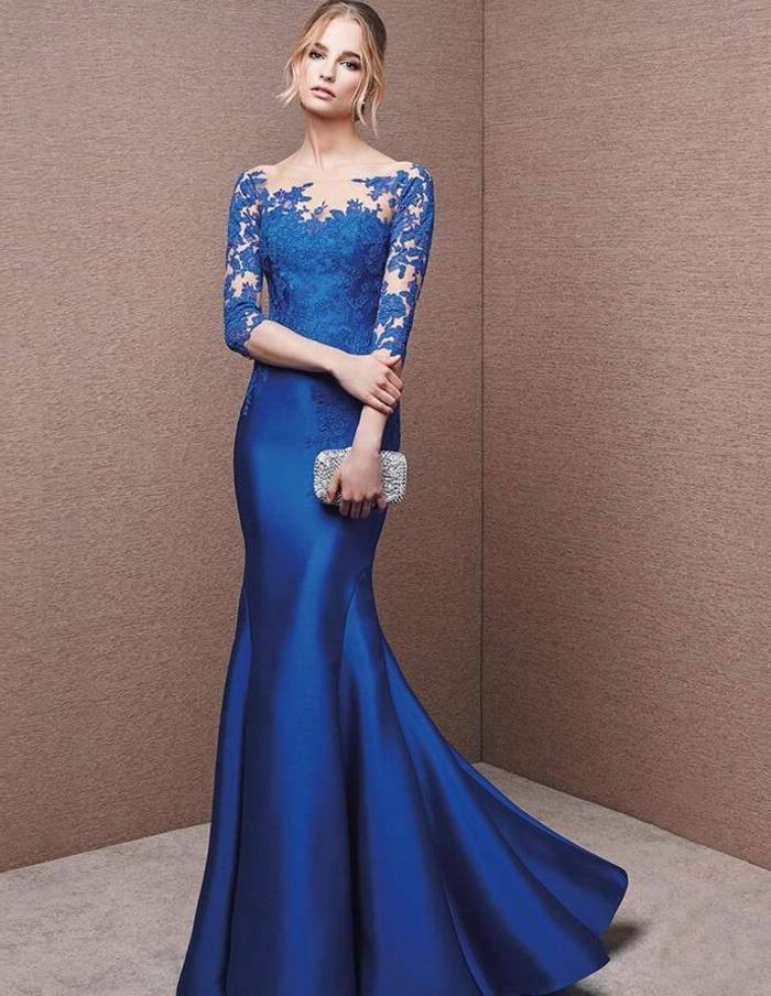 vestidos de fiesta largos vestido en azul metálico, parte superior de encaje elegante, bolso pequeño plateado, propuesta refinada para ir de boda