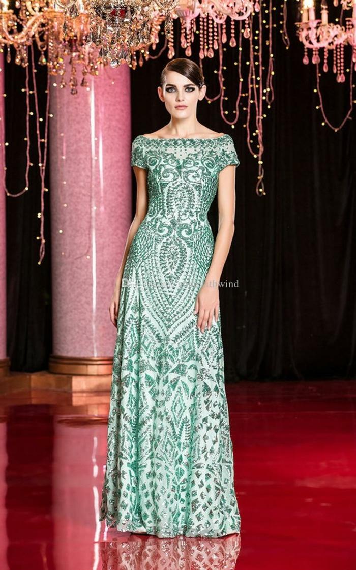 vestidos de noche, vestido largo en verde y blanco con ornamentos y motivos geométricos, pelo recogido repinado a un lado