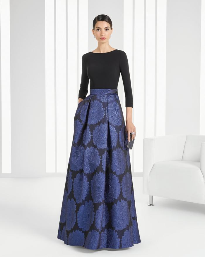 vestidos largos de fiesta, vestido sofisticado en azul y negro, estampado de grandes flores, parte superior con mangas largas