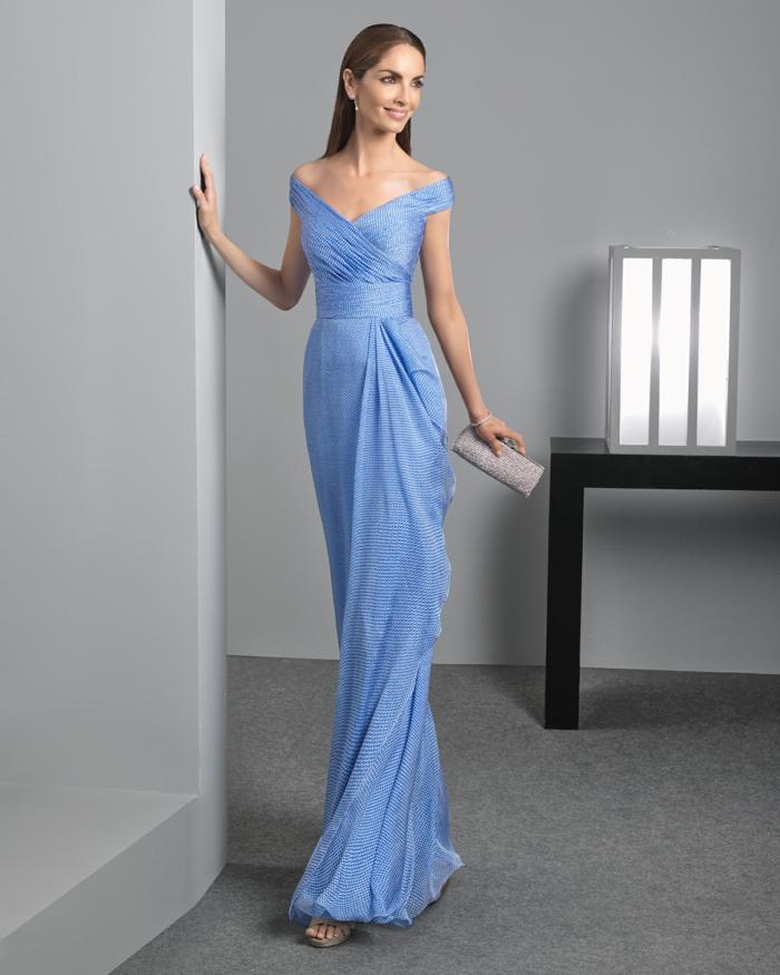 vestidos largos de fiesta, propuesta sofisticada en azul suave, escote en v, vestido largo elegante con pequeño bolso en color plata