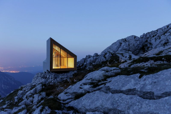 cabañitas del bosque, casa de diseño muy moderno colocada en la montaña, estilo minimalista, preciosa vista a la ciudad
