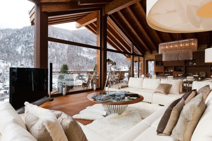 cabañitas del bosque, interior de encanto en estilo rústico, techo con vigas de madera, salón con grandes ventanales y vista de maravilla