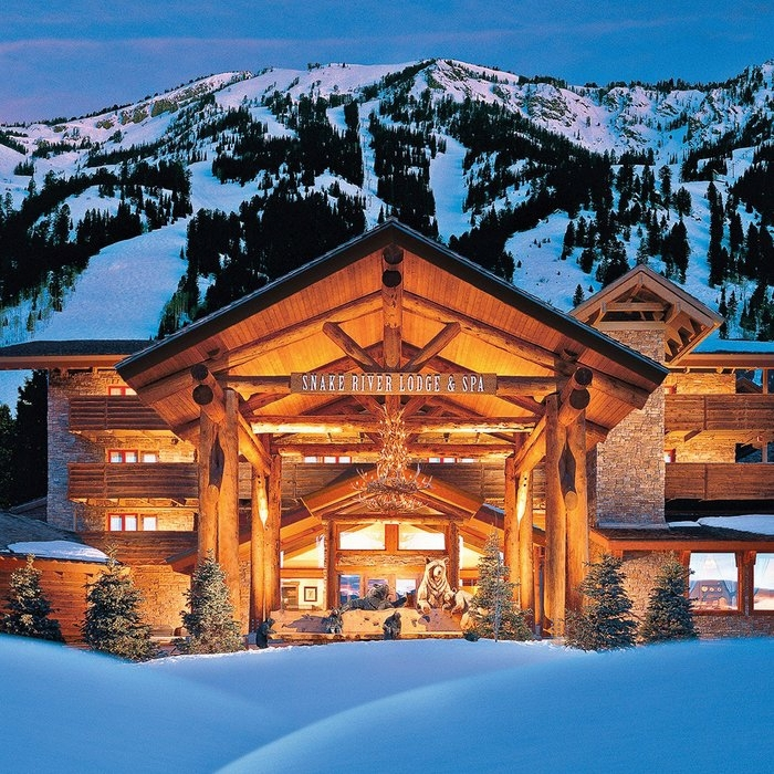 cabañitas del bosque, choza de madera acogedora con mucha iluminación y decoración navideña, cabañas en la montaña