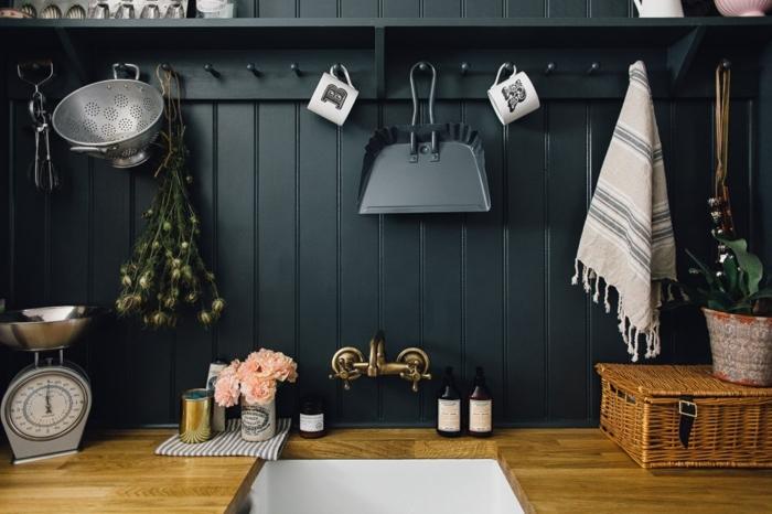 cocinas vintage, ejemplo de cocina con paredes en gris oscuro, objetos vintage y decoración de peonías