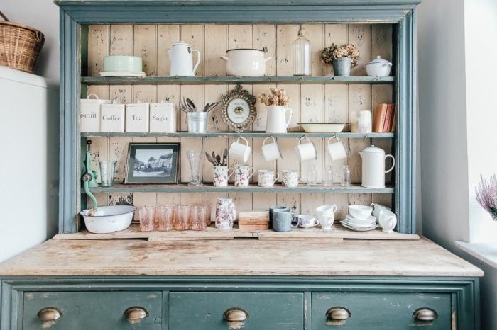 cocinas vintage, armario grande de madera, pintado en verde con efecto desgastado y estantes con objetos vintage