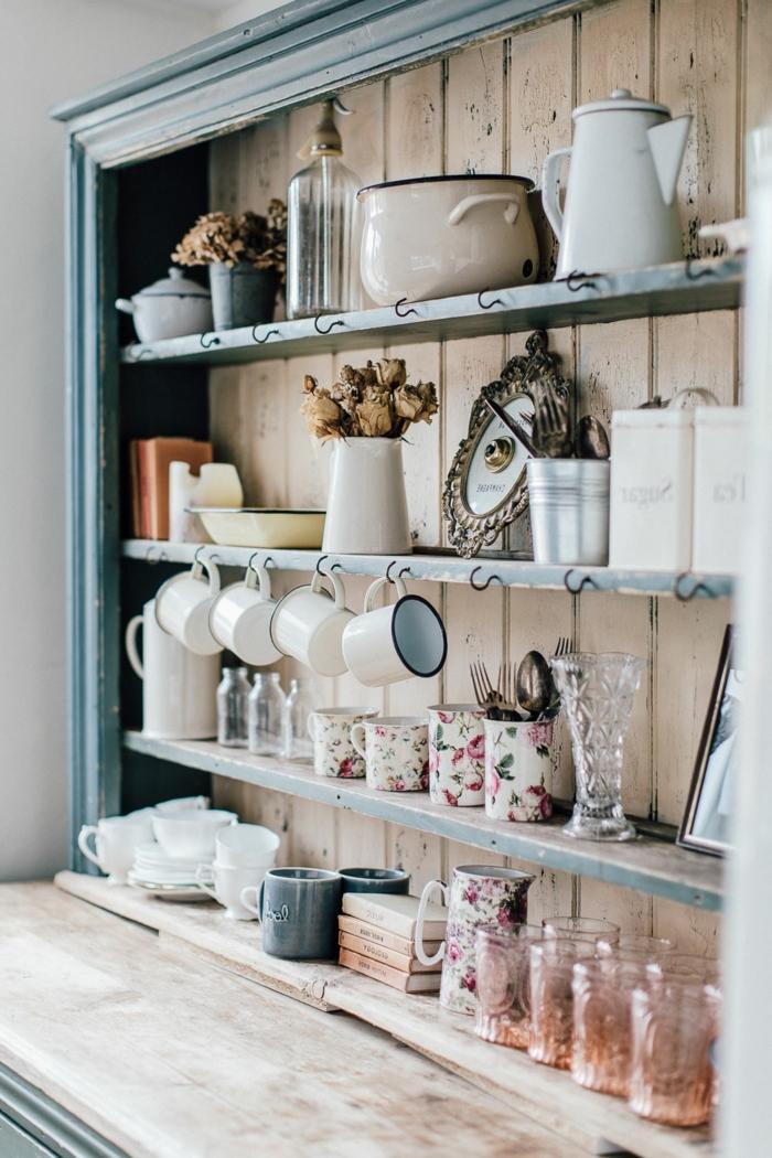 cocinas vintage, estantes en un armario pintado en azul, hecho de madera, efecto envejecido