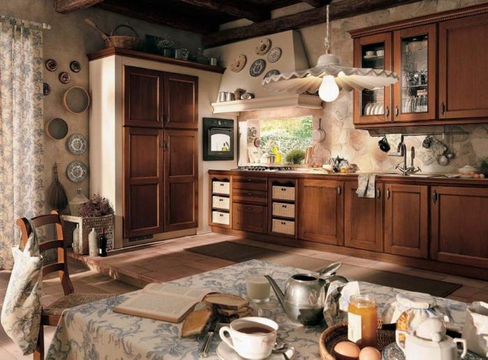 cocinas vintage, cocina espaciosa con mucha decoración, platos de cerámica, grandes armarios de madera