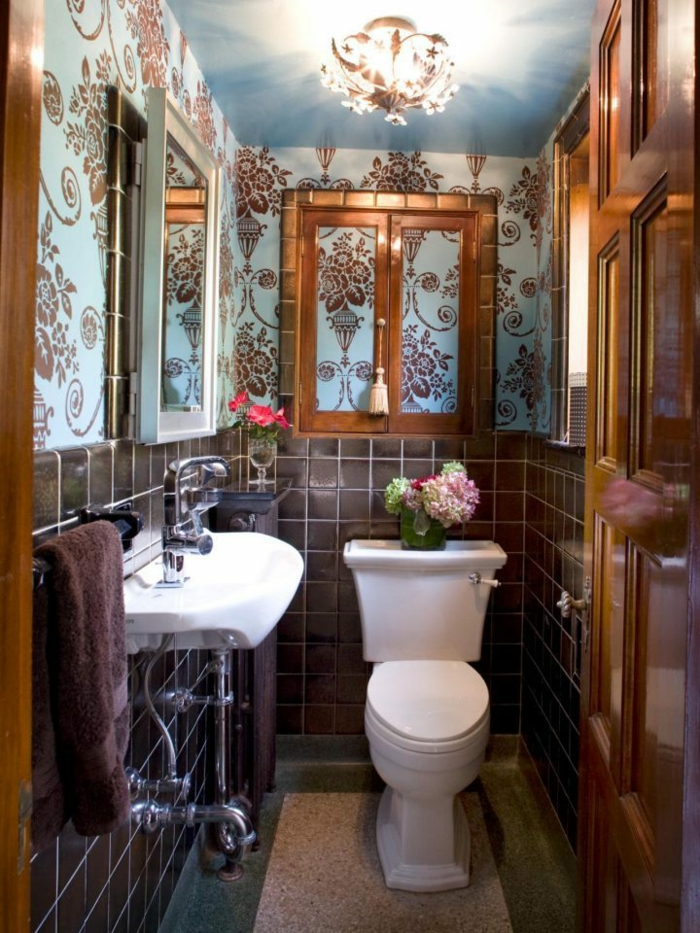 muebles de baño, pequeño cuarto de baño con detalles modernos y otros vintage, papel pintado con ornamentos en azul y marrón