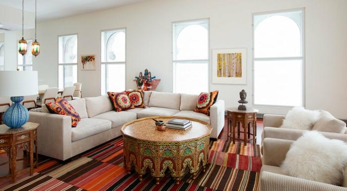 salones modernos, salon espacioso en blanco y beige, decorado con elementos en estilo bohemio en colores cálidos