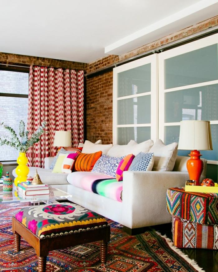 salon, salón acogedor con mucha decoración en estilo bohemio, cortinas en blanco y negro, sofá en beige