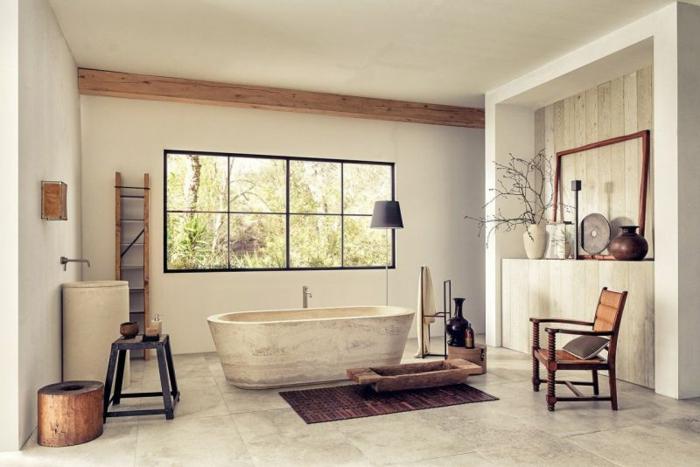 vintage, baño grande de diseño original, paredes y suelo en blanco, grande bañera oval, muebles de madera