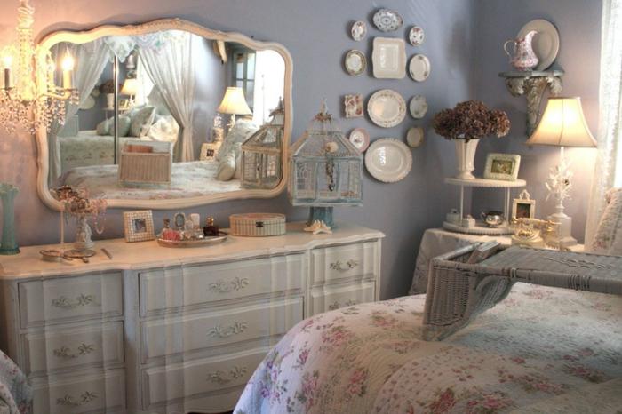 decoracion vintage, dormitorio romántico en tonos pastel, espejo vintage, paredes en azul suave, motivos florales