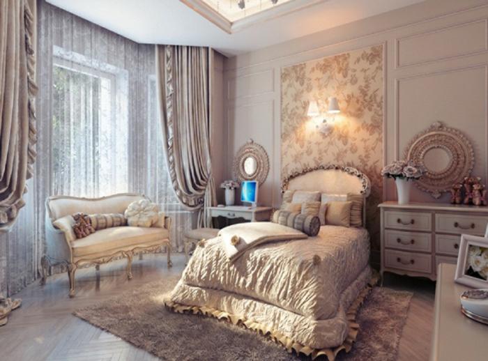 decoracion vintage, dormitorio en estilo clásico, cortinas en beige con visillo, elementos florales, sofá tipo banco con patas ornamentadas