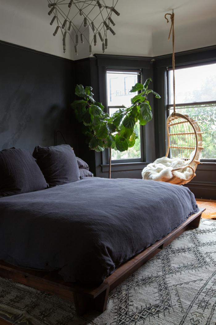 dormitorios modernos, dormitorio acogedor en colores oscuros, plantas decorativas, silla colgante de mimbre