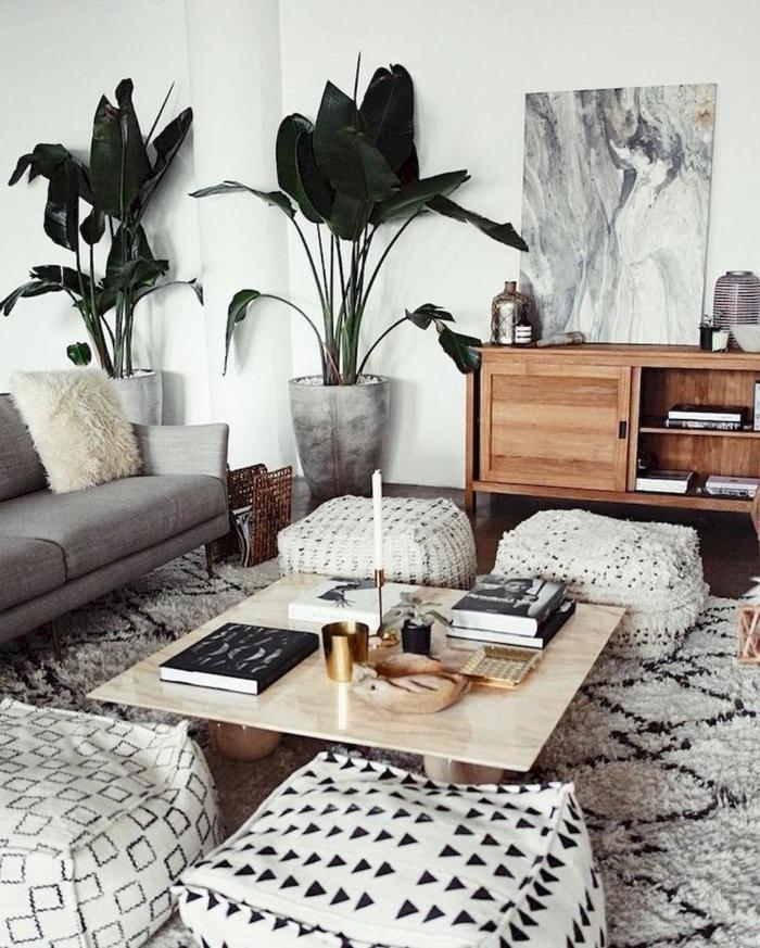 decoracion salon, interior en estilo bohemio, decorado en blanco y negro con grande planta exótica