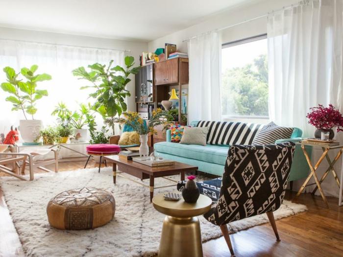salon, interior moderno decorado con muchas plantas y detalles en estilo bohemio, cortinas blancas aireadas, sofá en color menta