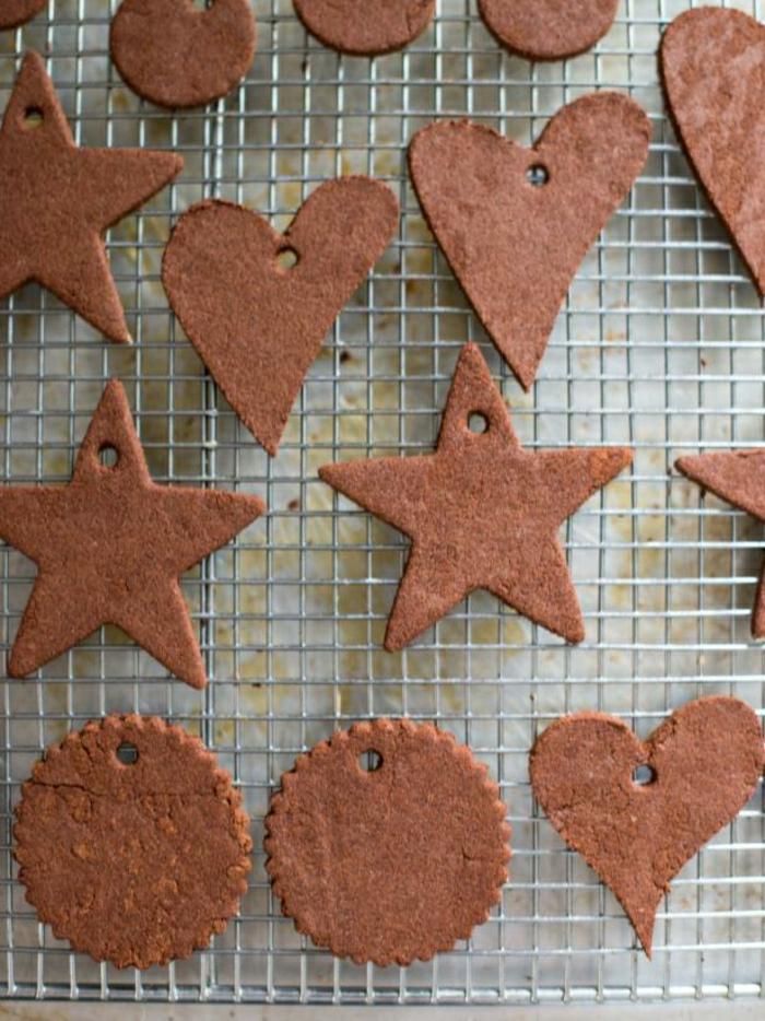 galletas de mantequilla receta, bonitos ornamentos para el árbol navideño en forma de estrellas y corazones