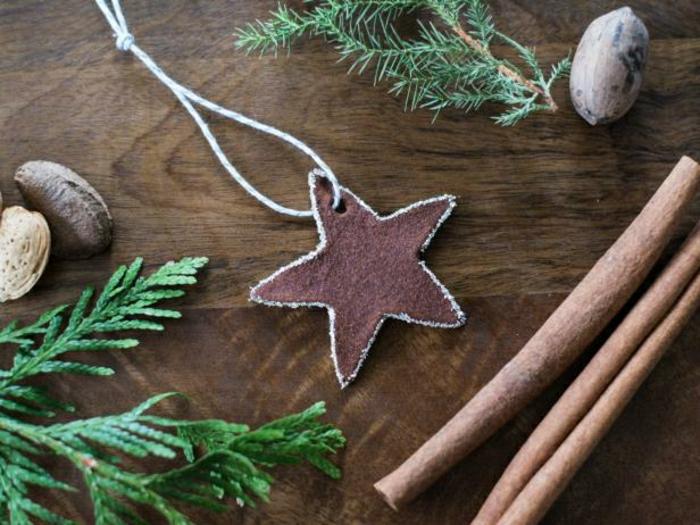galletas de mantequilla receta, adornos de navidad para el arbol navideña, ramas de pino, palos de canela