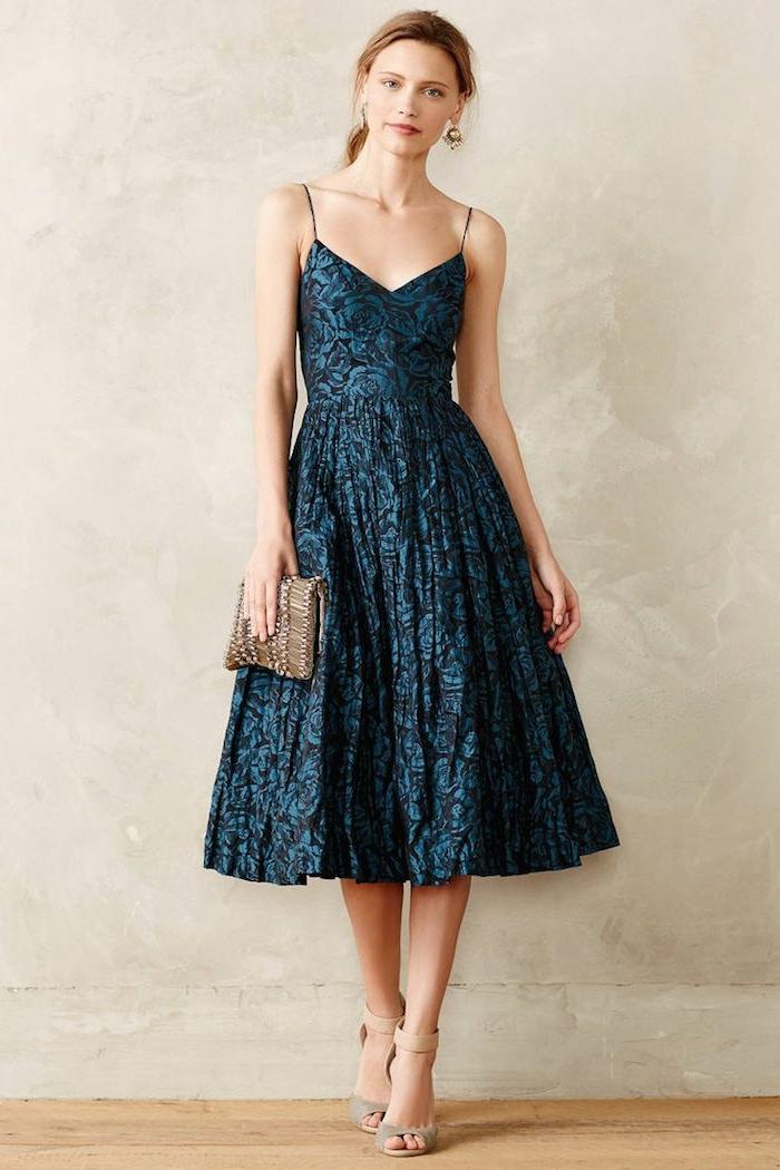 vestidos de fiesta largos, vestido elegante en azul y negro con estampado de rosas, correas delgadas y bolso en dorado