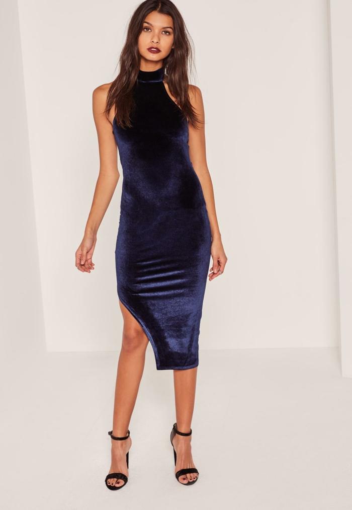 vestidos fiesta cortos, color muy moderno índigo, vestido ajustado con hendidura de terciopelo, pelo suelto