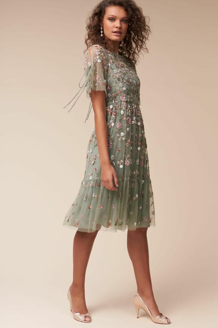 vestidos de fiesta largos, vestido elegante en verde suave, diseño inspirado en los años 20, decoración de pequeñas flores en colores pastel