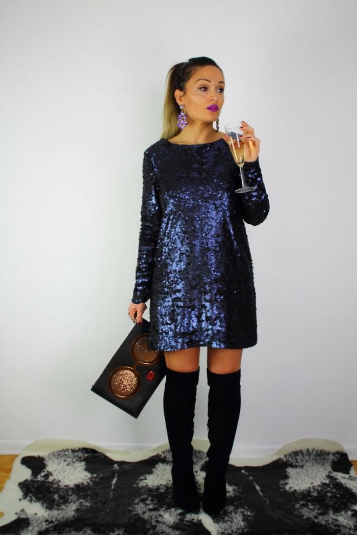 vestidos cortos de fiesta, rapsodia en azul con lentejuelas, botas largas, joyas en color lila, bolso moderno