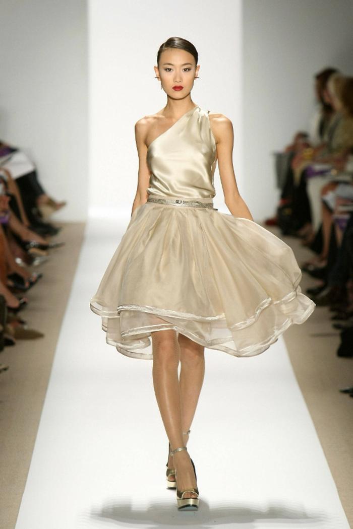 vestidos largos, propuesta juguetona e color champán, longitud corta, parte superior asimétrica de satén