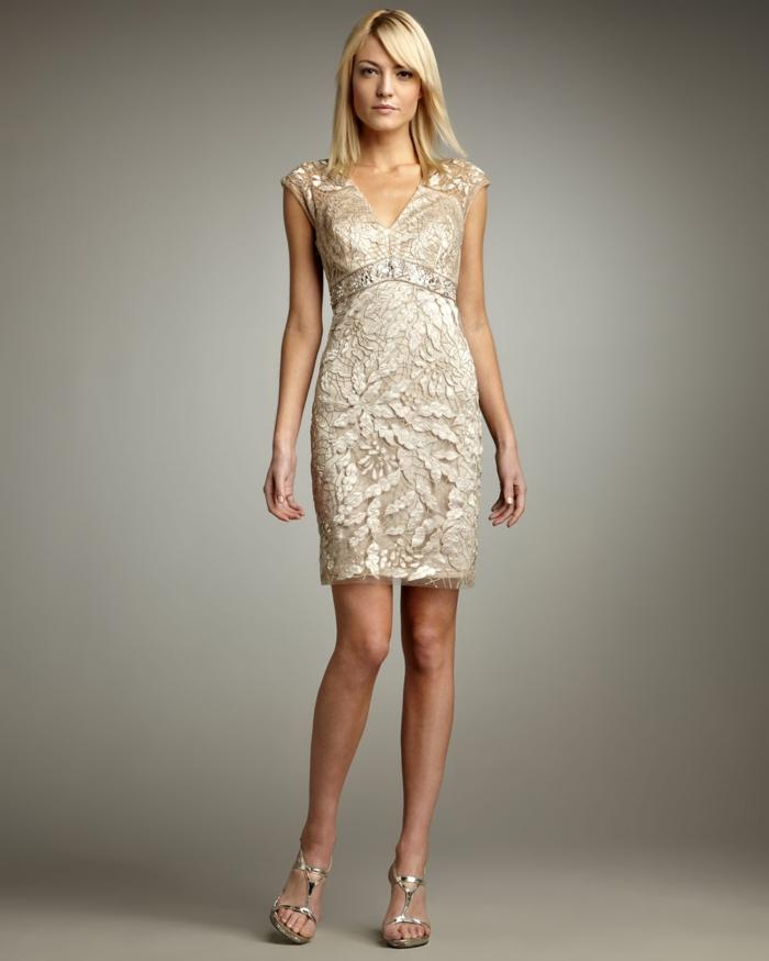 vestidos boda, vestido sofisticado en color champán con escote en v y decoración de encaje, pelo suelto alisado