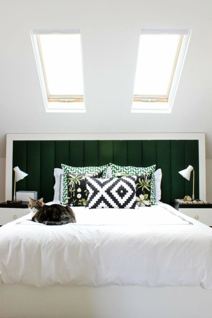 dormitorios modernos, dormitorio de estilo en blanco con cabecero en verde saturado, techo inclinado con dos ventanas pequeñas
