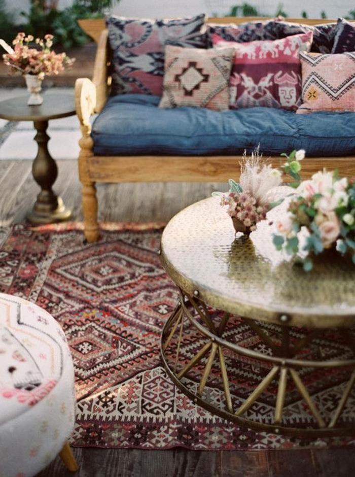 colores para salones, salón en estilo bohemio, decoración de flores, banco de madera con cojines decorativas con elementos étnicos