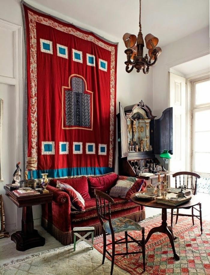 muebles salon, interior en estilo oriental, alfombra roja con ornamentos en la pared, muebles de madera vintage