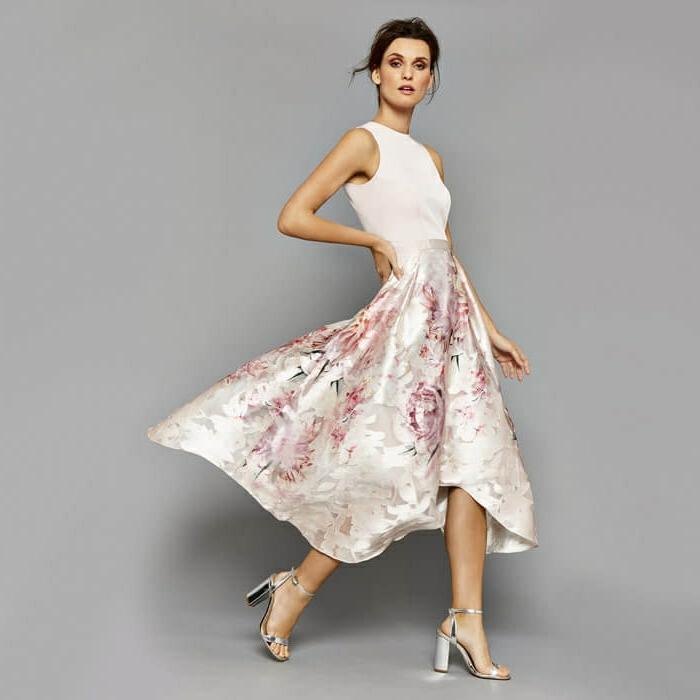 vestidos de noche. vestido de boda romántico en colores pastel y bonito estampado de rosas rosas, sandalias de estilo en color plata