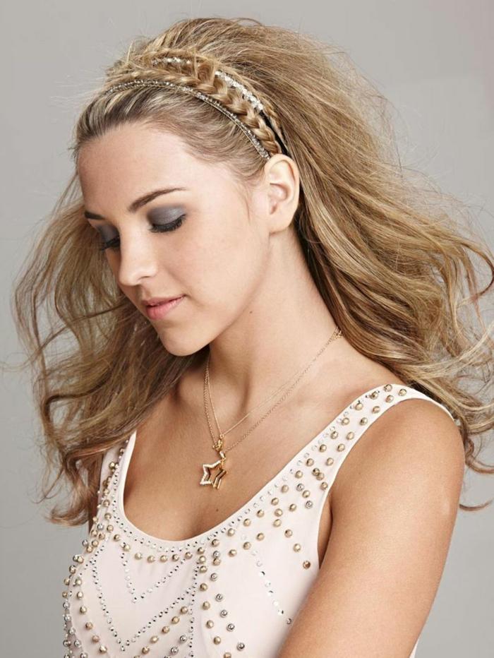 peinados nochevieja, pelo suelto con diadema recogida y bonita trenza alrededor de la cabeza, cabello rubio rizado