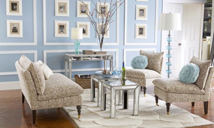 sillas, vintage, precioso salon en tonos pastel, alfombra beige, paredes en azul y blanco decoradas con muchas fotos
