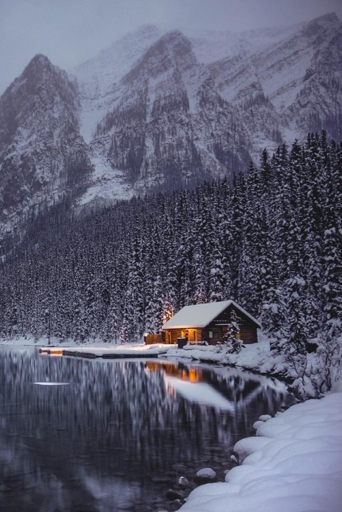 cabañas de madera, cabañitas del bosque de encanto, pequeña casa rural a la orilla de un grande lago, grande montaña