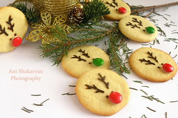 galletas faciles de hacer, galletas de navidad simpáticas decoradas de pequeños caramelos en rojo y verde, galletas con decoración de caras de ciervo