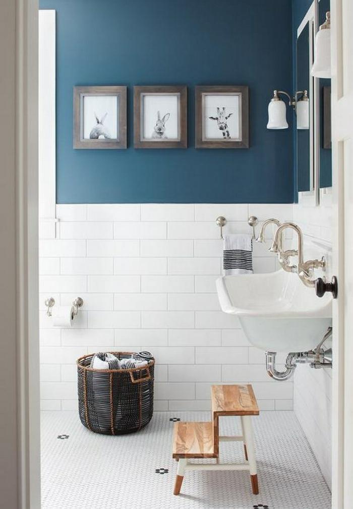 cuadros baratos, baño pequeño en blanco y azul, ladrillo visto esmaltado, fotos en blanco y negro de girafa y conejos