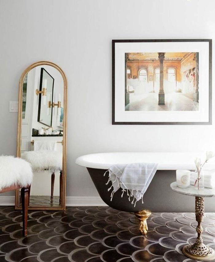 marcos vintage, baño lujoso con bañera y espejo con marco dorado, foto de color grande, palacio antiguo