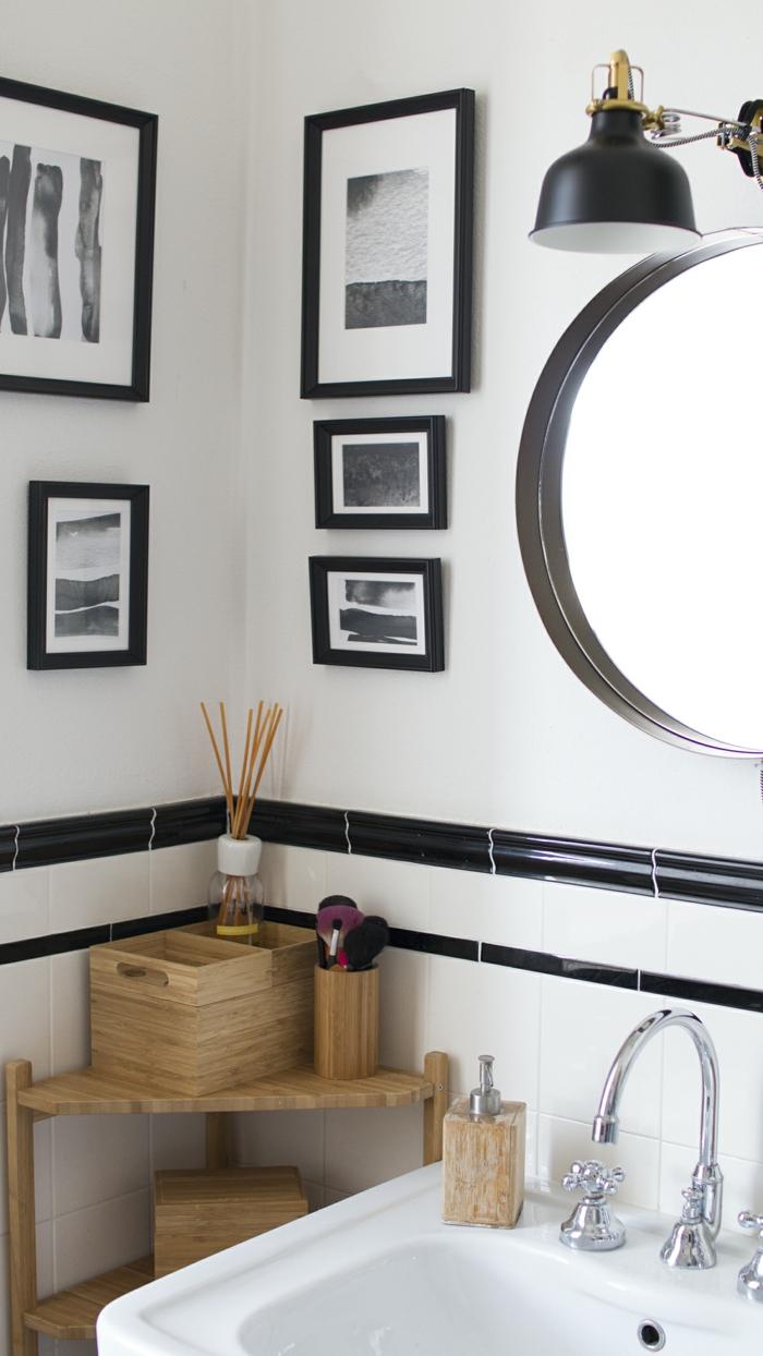 cuadros baratos, baño moderno con espejo redondo y mueble de madera clara, fotos artísticas en blanco y negro de diferente tamaño