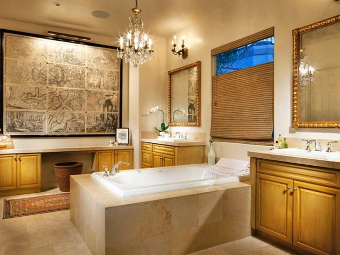 cuadros baratos, baño clásico lujoso, muebles de madera, ventana grande con persiana, lámpara de araña, decoraciómn con mapa antiguo grande