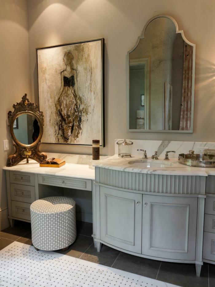 cuadros baratos, baño con tocador, estilo vintage, encimera de mármol, espejo retro, pintura al óleo de mujer con falda