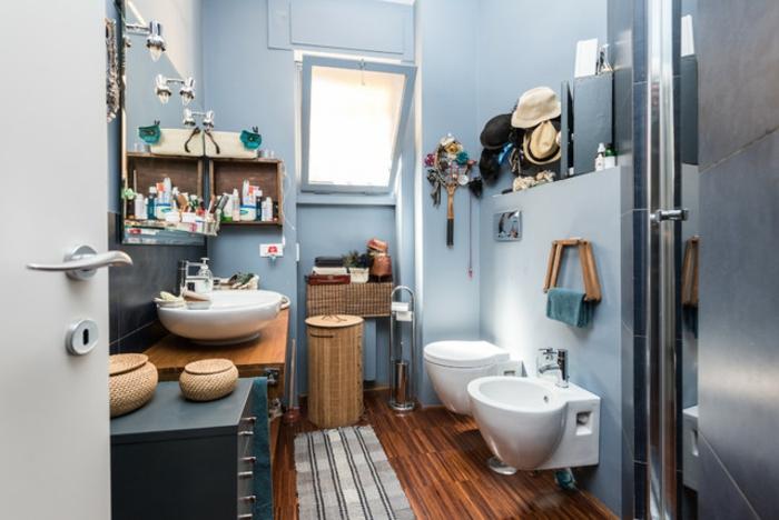 decoracion baños, baño en estilo ecléctico pintado en azul celeste, suelo de parquet y detalles de mimbre, muchos elementos decorativos
