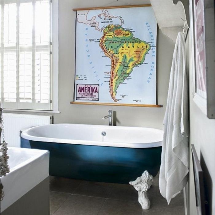 decoracion baños, idea moderna de baño elcléctico decorado en estilo contemporáneo con bañera vintage, mapa decorativa en la pared