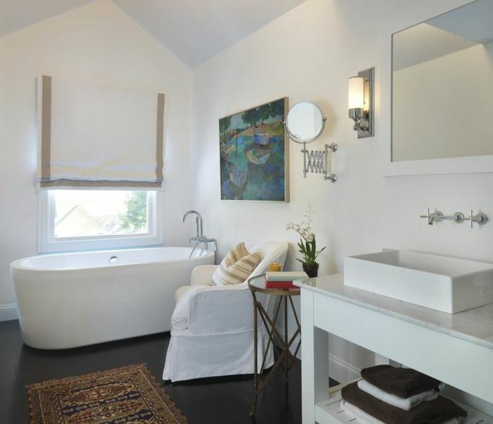 decoracion baños, baño en blanco con alfombra vintage, decoración moderna y pintura en la pared