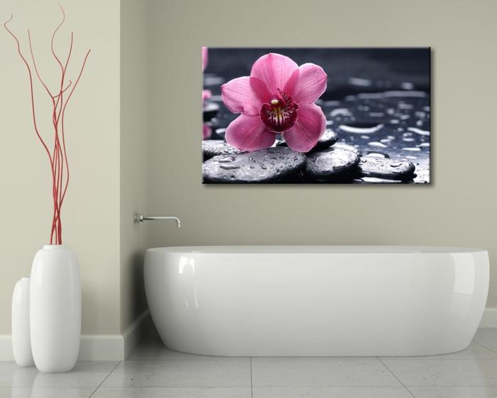 cuadros baratos, baño pequeño, decoración estilo japonés, bañera blanca, cuadro grande con flor rosada sobre piedras mojados