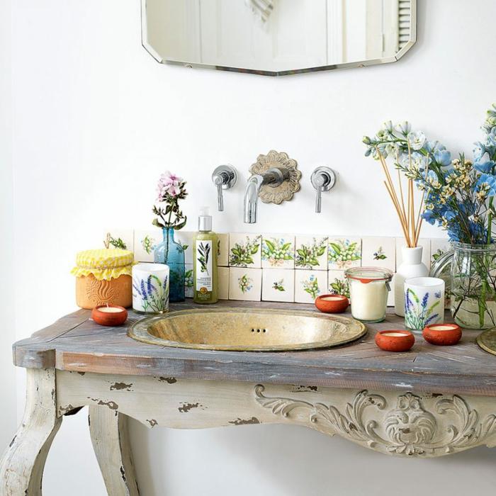 decoracion baños, idea original para decorar el baño, mueble auxiliar de madera con efecto desgastado, mucha decoración de flores, espejo vintage