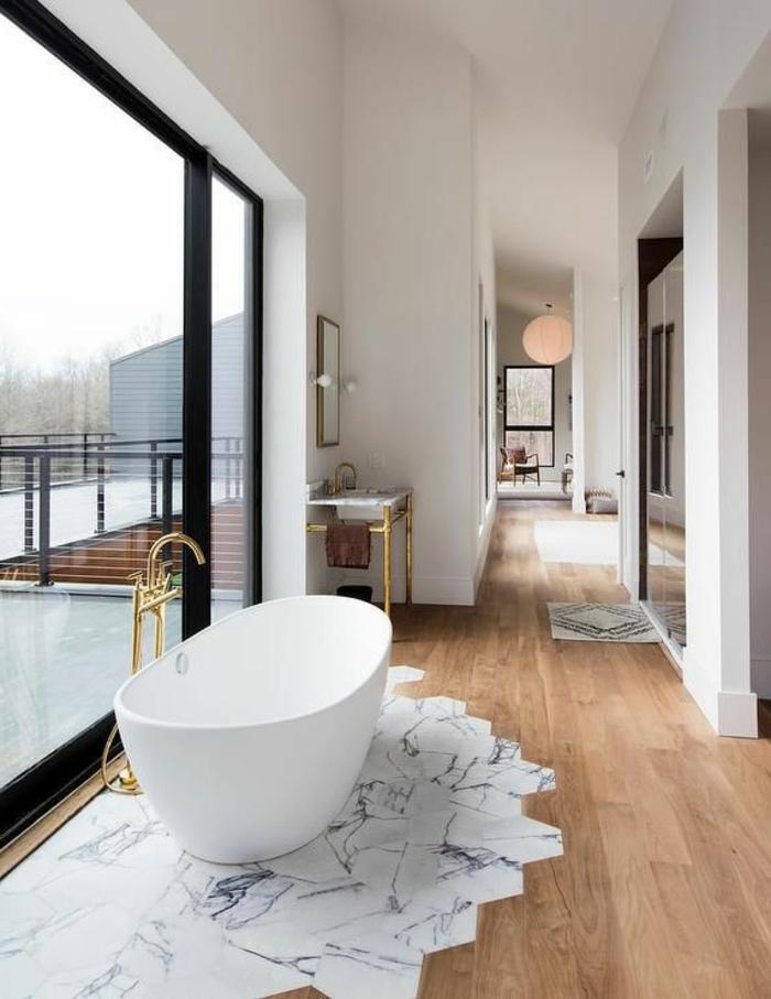 como decorar un baño, baño moderno con grandes ventanales con vista, bañera moderna, mezcla de estilos
