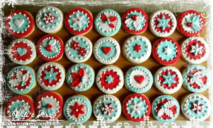galletas faciles de hacer, ideas navideñas DIY, galletas en rojo, blanco y azul decoradas con motivos navideños